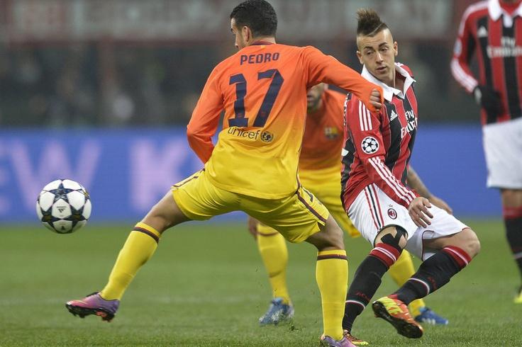 Milán 2-0 FC Barcelona   El Shaarawy pugna con Pedro. [20.02.13]