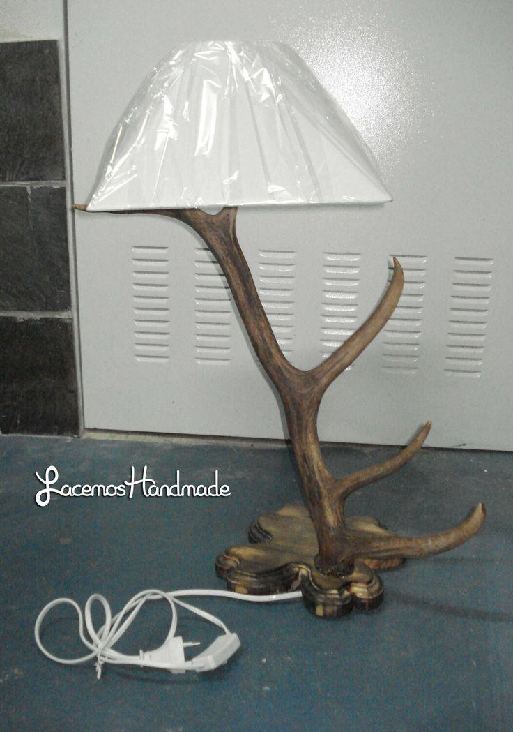 Lampara creada con un cuerno de ciervo. Con tulipa cuadradra de color blanco y base de madera tratada. Mas info: http://www.facebook.com/Facemos