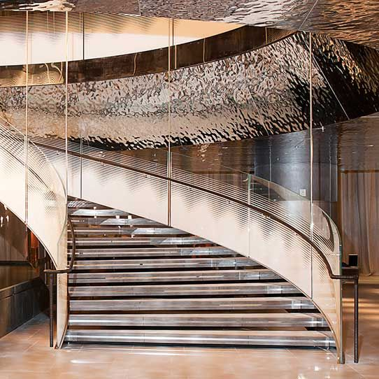 Hamad International Airport in Doha, Al Mourjan Business Lounge, Wendeltreppe, Metallverkleidung EXYD-M, Foto Noly Pronto Photography, 2014
