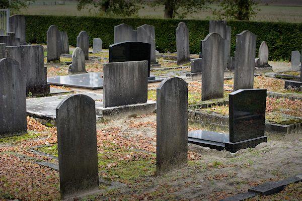 """De graven zien er extra eng uit. Daaronder liggen soms wel honderden lijken. Op tientallen begraafplaatsen wordt deze week Halloween gevierd. Eén van de populairste begraafplaatsen bevindt zich in de gemeente Doesburg. De beheerder van het kerkhof verwacht tijdens Halloween meer dan tweeduizend bezoekers. """"We hebben hier prachtige griezelgraven. Speciaal voor Halloween hebben we de begraafplaats versierd met spinnenwebben, heksen [...]"""