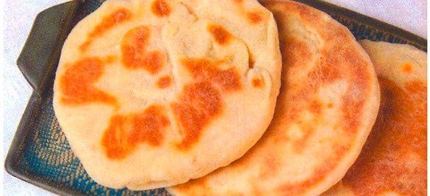 Arepa andina 3 T de Harina de trigo 3/4 T Mantequilla derretida 1 Huevo 1 Yema de huevo 1 cdita de Sal 1 cdita de Polvo para hornear En un recipiente  los ing secos, poco a poco vamos agregando agua y los demás ingredientes, amasando bien,la masa no quede ni muy dura, ni muy blanda. Dejar reposar la masa un rato, una hora extender la masa con un rodillo, debe quedar de 1/2 cm aproximadamente.  una taza, picamos la masa y formamos las arepas andinas. Calentar la plancha,