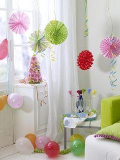 Was baumelt denn da von der Decke: Es sind selbstgefaltete Papierrosetten, die in die Wohnung ordentlich in Karnevals-Feeling bringen. Helau!