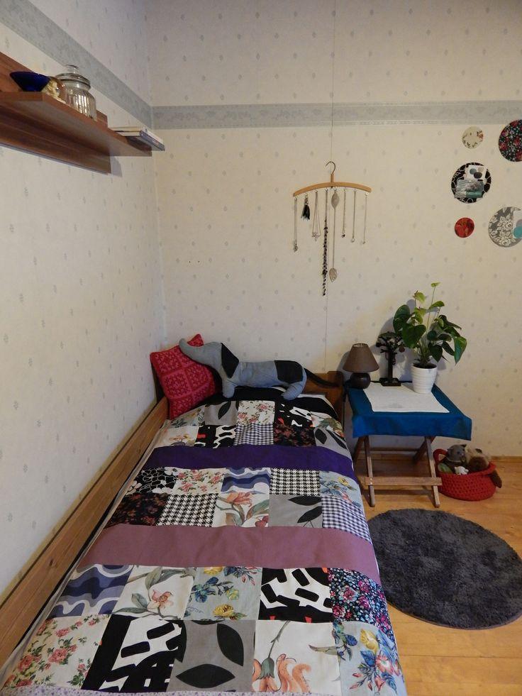 Käsityöhuoneeni, toimii myös vierashuoneena. Ensimmäinen tekemäni tilkkupeitto, varmaan myös viimeinen :D Sängyllä olevan koiran nimi on Herra Snitzel ja ohje siihen löytyi Suuri Käsityö lehdestä.