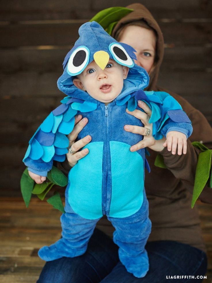 This hoo-ded onesie costume is the perfect way to get your little one dressed up to celebrate their first Halloween. Find the cute, easy to make idea from @liag
