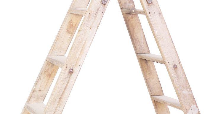 """Como fazer uma escada Wrestling para action figures. As escadas são usadas frequentemente na WWE para """"Money in the Bank"""", """"TLC"""" e lutas padrão com escada. É possível criar sua própria escada de wrestling para usar com figuras de ação (ou action figures) da WWE, como John Cena, Triple H e Randy Orton. A estrutura da escada será resistente o suficiente para manter seus brinquedos e durar por alguns ..."""