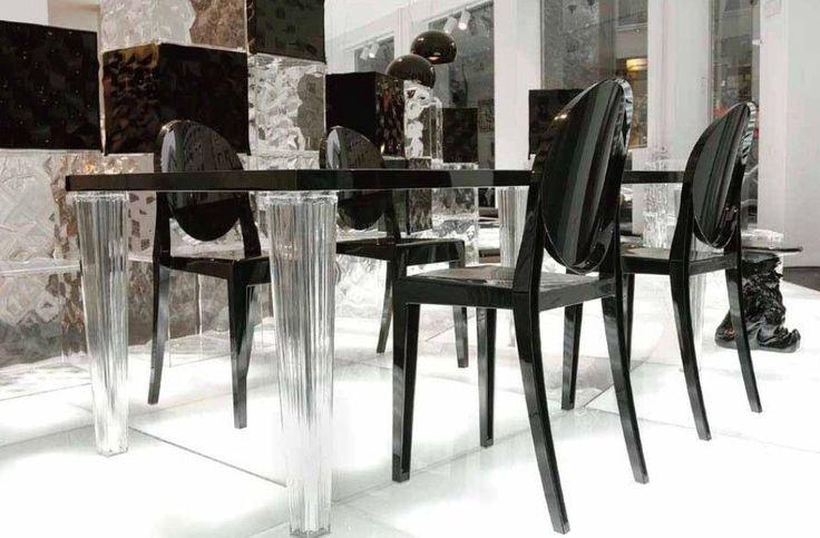 Com um design e um charme sem igual, a cadeira Ghost é hoje uma das cadeiras mais procuradas no mercado, sinônimo de requinte é dona de um design leve e bastante luxuoso que consegue encaixar nos mais diversos ambientes, sem deixá-lo carregado, desta forma, faz com que a pessa seja muito utilizada em cozinha, sala de jantar, quartos (penteadeiras), sala de estar e até mesmo restaurantes. #vamopsdecorar #bellabrasildecor