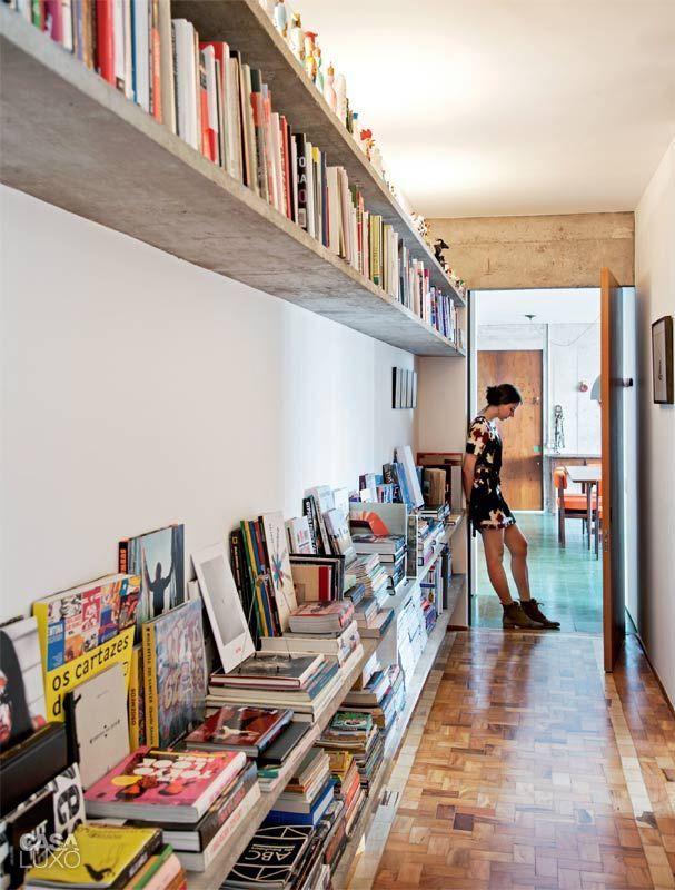 una doble fila de estantería arriba del pasillo y nos olvidamos de mas muebles para libros