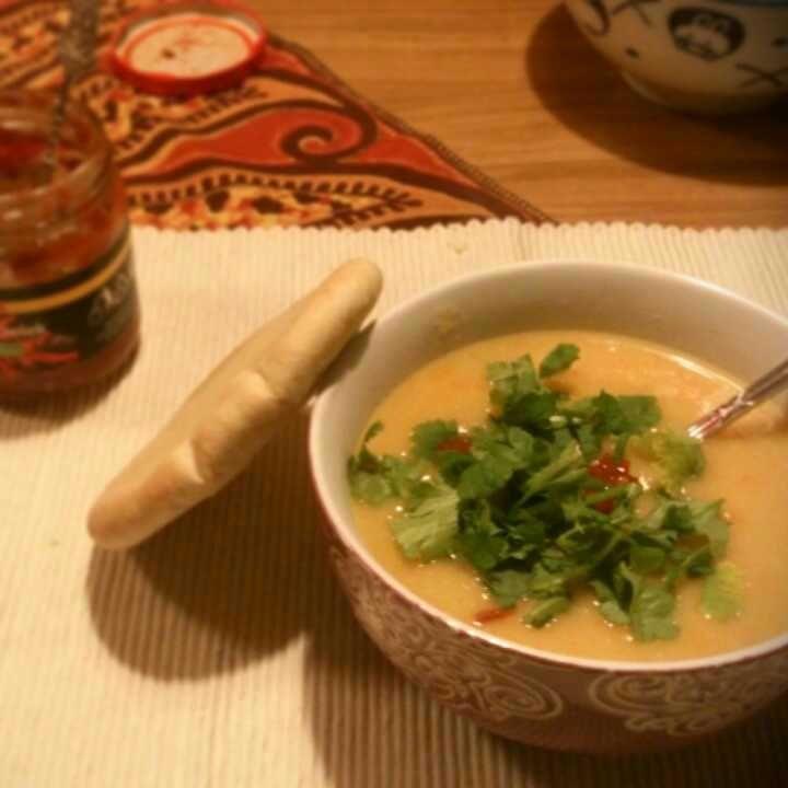 Lekker verwarmend: pittige pastinaaksoep met kokosmelk en sambal :)