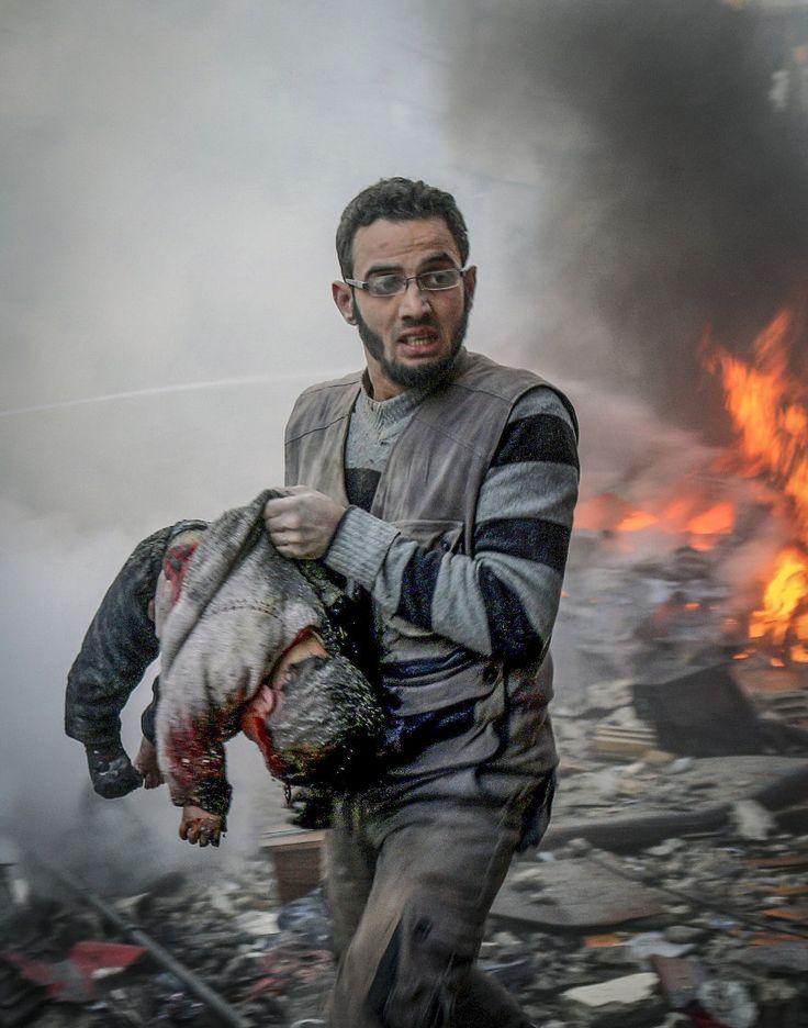 Anadolu Ajansı Gözüyle 2015: Suriye ordusuna ait savaş uçaklarının başkent Şam-ın Hamuriye bölgesinde pazar yerine saldırması sonucunda 10 kişi hayatını kaybetti, 35 kişi de yaralandı. Bölge sakinleri, aralarında çocukların da bulunduğu ölenlerin cesetlerini enkaz altından çıkardı. (Arşiv) (Samir Tatin - Anadolu Ajansı)