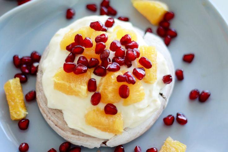 Pavlova med appelsin, granateple og sjokolade | Sunn Holdning