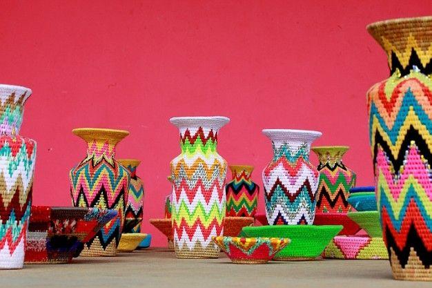 SHAKE THE DUST na FUTU.PL Kathy Shenoy połączyła talent wschodzących brytyjskich projektantów z umiejętnościami rzemieślników mieszkających w krajach rozwijających się.Dzięki nawiązaniu współpracy m.in. z producentem Gone Rural z Suazi, niewielkiego państwa leżącego w południowej Afryce, do Europy trafiły luksusowe jaskrawe wazony, kosze i akcesoria, ręcznie wyplatane przez ponad 750 kobiet.