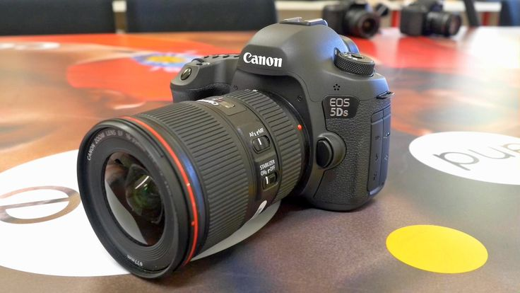 Pete from London Camera Exchange takes you through a first look at the new Canon EOS 5Ds & over the EOS 5Dsr. Canon's new 50M Pixel Pro DSLR Cameras.