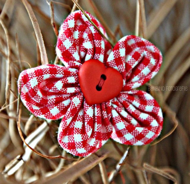 Love this gingham flower made with my rounded petal fabric flower tutorial at the Benbino blog.  I also love seeing my name all mixed in with German, how cool!