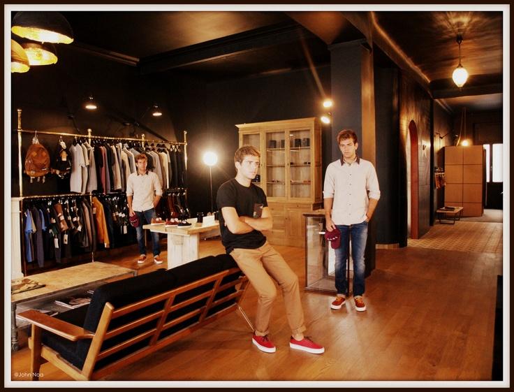 A droite & à gauche: Chemise CARHARTT - Jean NUDIE JEANS - Casquette CARHARTT - Shoes VAN'S Au centre - Tee shirt & Pantalon CARHARTT - Shoes VAN'S
