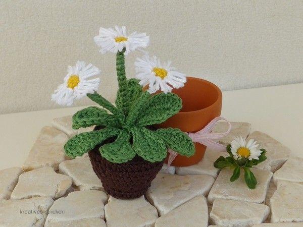 Gänseblümchen sind Blumen aus der Kindheit. Sie sind pflegeleicht, müssen nicht gegossen werden, blühen das ganze Jahr und sind schnell und ohne Schmutz umgetopft. Diese Miniblume ist sehr schnell und leicht gehäkelt und ist sicherlich dekorativ. Für die Blume eignen sich auch Wollreste. zum häkeln