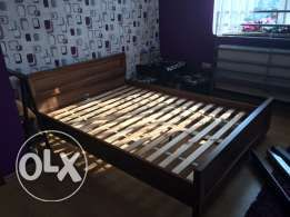 65 zł: Mam na sprzedaż łóżko zakupione w brw, wymiary 140x200. Lóżko posiada zadrapania widoczne na zdjęciach, 2 szczebelki od stelarzu są pęknięte i główna belka od łoża jest pęknięta stad ta niska cena. Be...