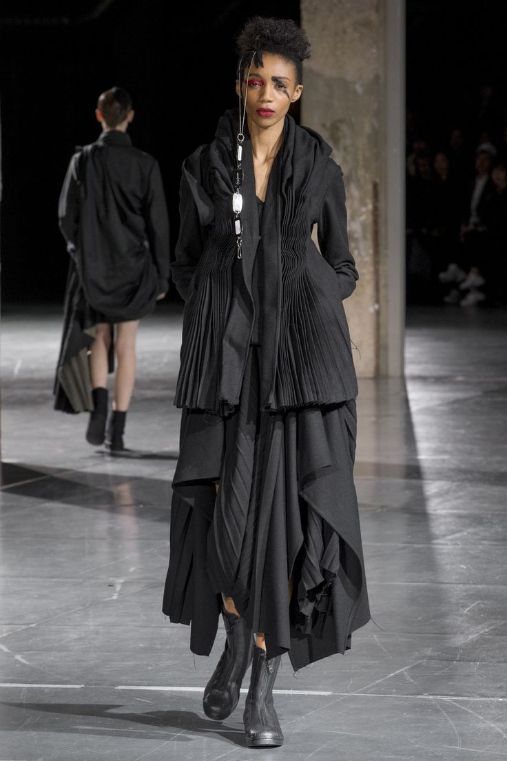 See the complete Yohji Yamamoto Fall 2017 Ready-to-Wear collection.