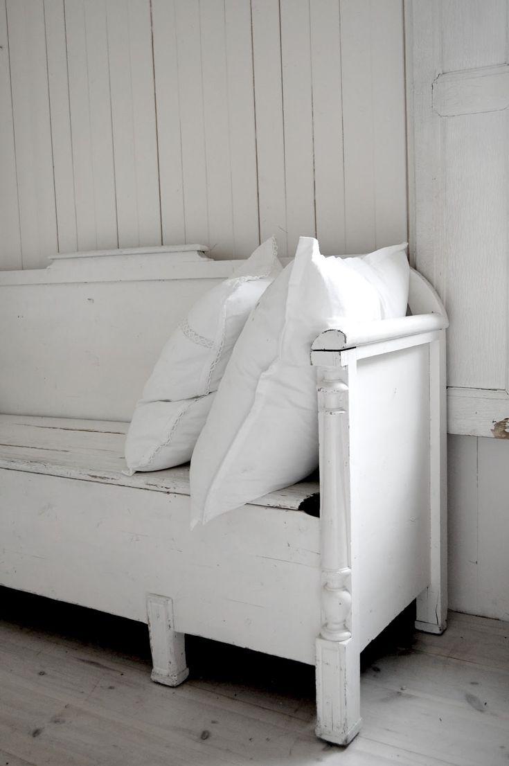 white on white: brocante oude klepbanken en linnen kussens bij www.old-basics.nl
