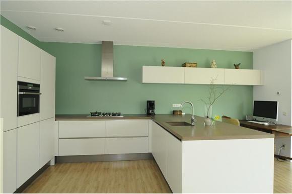 gekleurde muur witte keuken - Google Search
