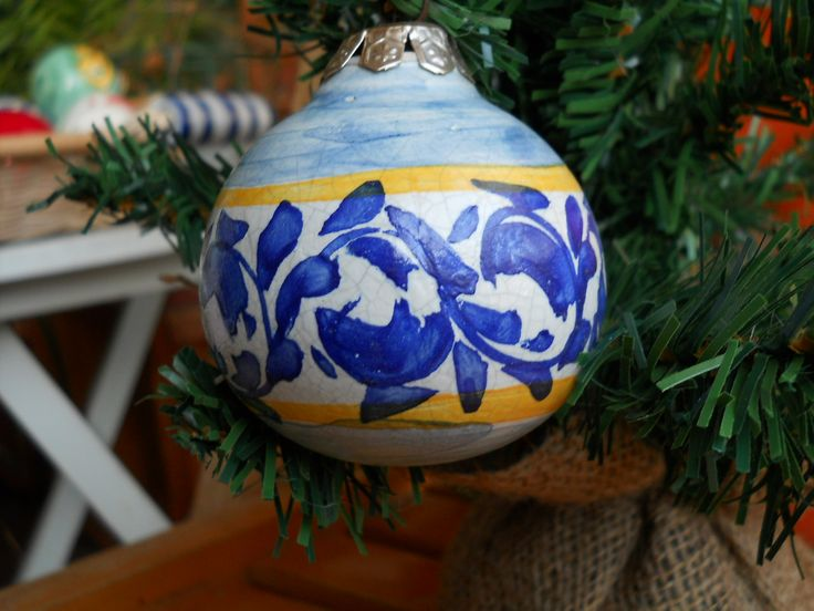 Pallina natalizia diametro cm 6 realizzata e decorata a mano in ceramica. ( disponibile )