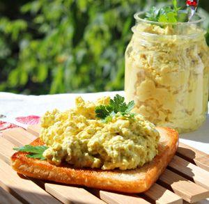 Фото к рецепту: Вкуснейшая яичная паста-намазка на пикник, на дачу и просто так