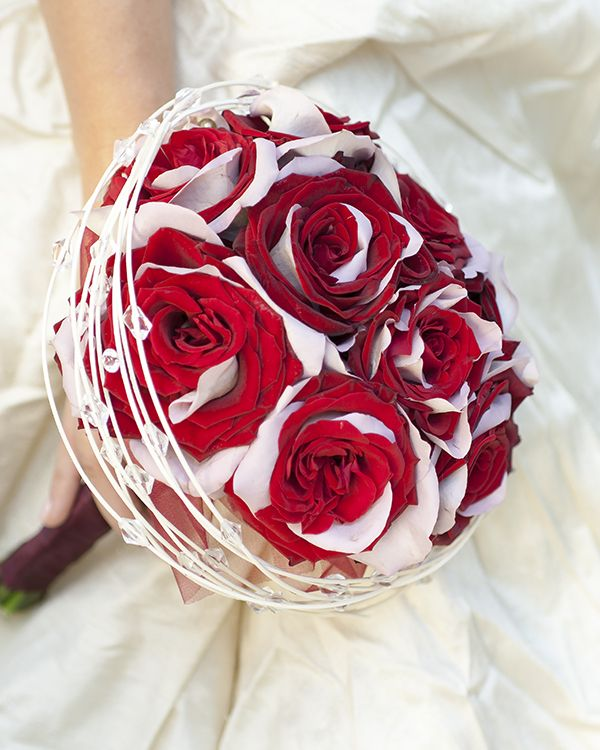 Buchet de mireasă cu trandafiri bicolori. Special wedding bouquet with bicolored roses.