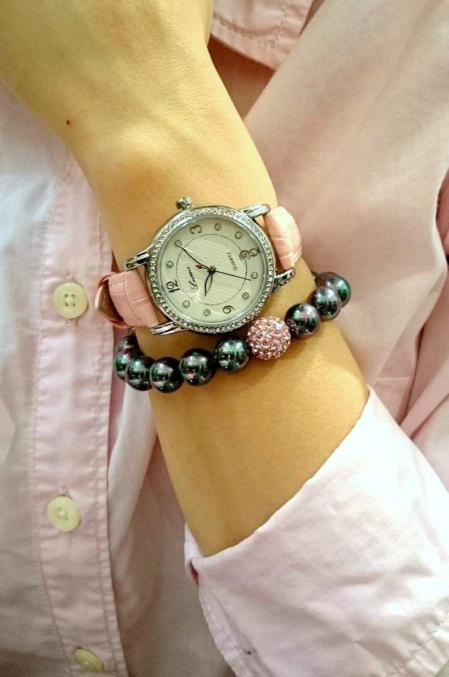 Šperky sú najlepším priateľom takmer každej ženy ;) A čo také hodinky? Tie sú praktické a dokážu zažiariť ✨ Odmeňte svoju polovičku našimi hodinkami, určite sa poteší aj našim Hodinkám Lumir (111326) s koženým remienkom, povrchovou úpravou IP a japonským strojčekom miyota.