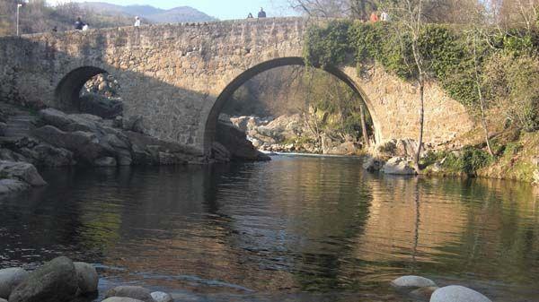 Un fenomenal puente medieval cruza la Garganta de Cuartos en uno de los charcos de baño más populares de La Vera.