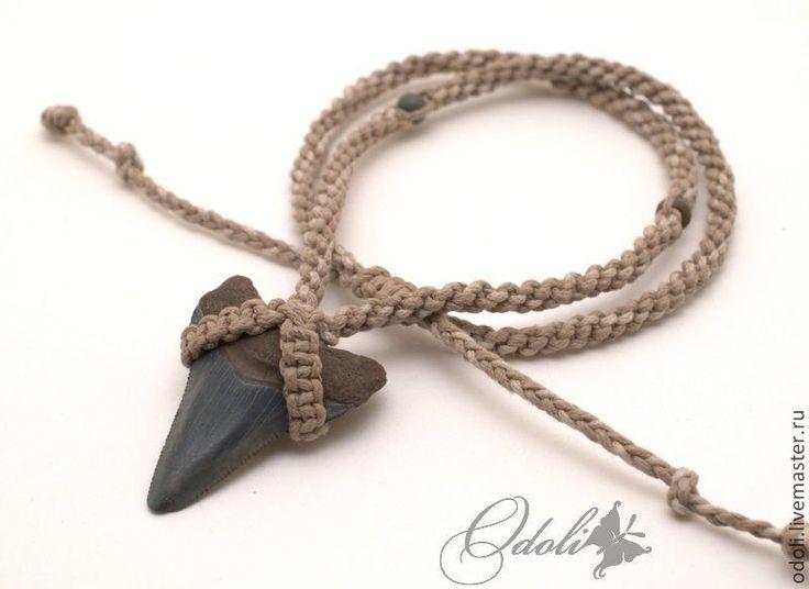 Зуб акулы окаменелый на плетеном шнуре (макраме). Handmade.