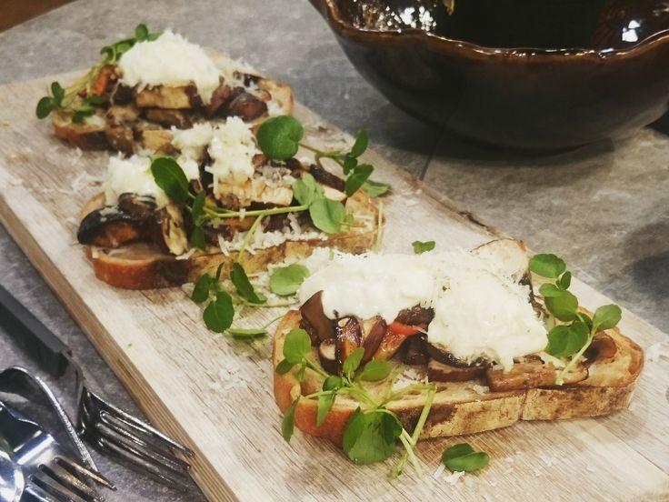 Svamptoast med parmesan, crème fraiche och chili | Recept.nu