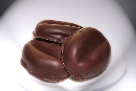 Áno, dovolím si neskromne tvrdiť že tieto sú najlepšiePráve toto je recept na pravé kávové zrná. POTREBNÉ PRÍSADY 3 balíky BEBE keksov 0,5 dl rumu 80 g masla 50 g vylúpaných orechov 3 lyžice uvarenej kávy 200 g práškového cukru papierové košíčky Poleva: 100 g čokolády na varenie 70 g stuženého tuku ozdobná ryža. POSTUP PRÍPRAVY Keksy spolu s orechami