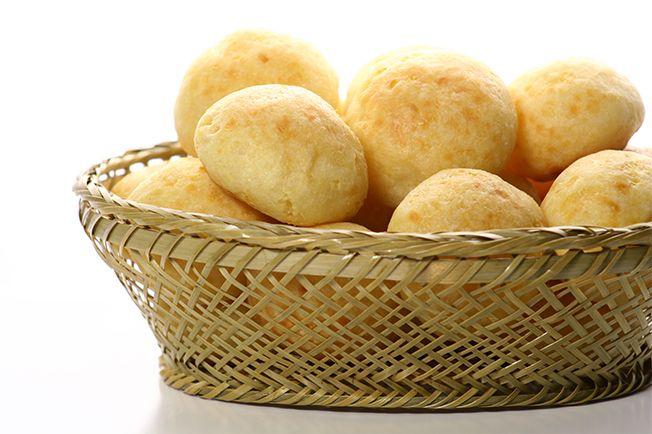 O pão de queijo é mineiro, mas já virou mania nacional há muito tempo. Quentinho, com manteiga, requeijão ou até com geléia, fica uma delícia!