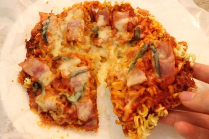 """ピザを手作りする時に最も大変な""""生地作り""""。今週の日曜日の実験室では、""""インスタントラーメン""""を使って、ピザ作りに挑戦しました。"""
