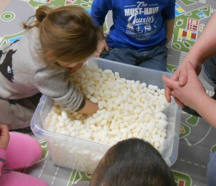 Boite à chercher  Objectif: développer le sens tactile et la représentation de ce qui est caché, apprendre à jouer ensemble en autonomie et à gérer son temps, dénombrer les objets.  Matériel: une caisse, du maïs d'emballage, de petits jouets  Nombre de joueurs: 2 ou 3  Règle du jeu: Les enfants doivent attraper les objets cachés avec une main.  Evolution possible:     - mettre des objets plus petits       - mettre moins d'objets       - jouer en un temps limité (avec un sablier)