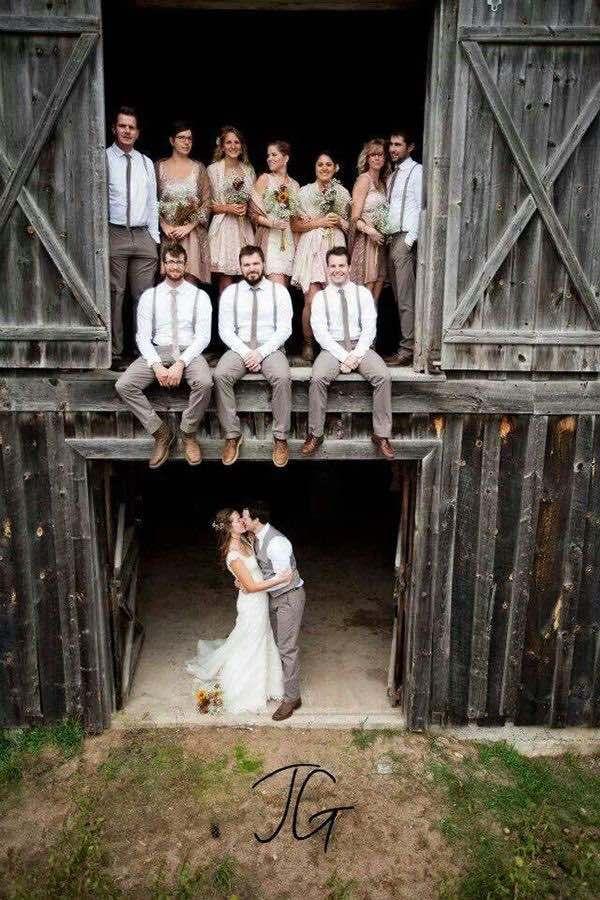 Una boda en el campo al aire libre combina el encanto de lo casual con la elegancia de una celebración de bodas.