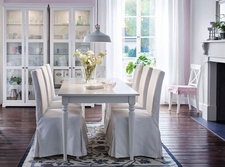 Ein großer Essbereich mit INGATORP Ausziehtisch in Weiß und sechs Stühlen mit weißen Baumwollhussen