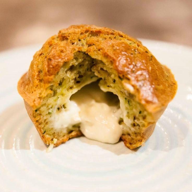 Un petit moelleux courgettes au coeur Kiri vraiment vraiment très tendre :) #kiri #recette #moelleux #courgette #fromage #muffin