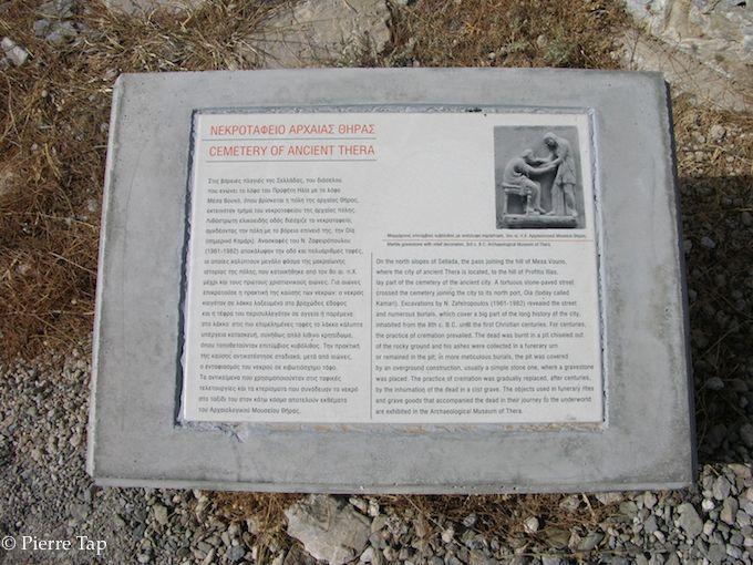 Santorini, informations pour touristes ..Cimetière de l'ancienne ville (Thera ou Thira)