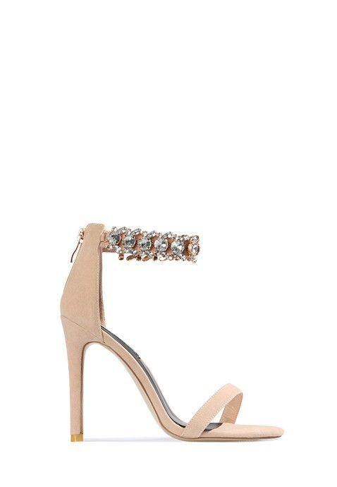 Cette sandale beige à talon aiguille affiche de très jolis détails sexy et élégants. L'arrière du pied est recouvert et relié au tour de cheville avec fermoir, présentant des détails métalliques chic. Une fine lanière maintient les doigts de pied à l'avant.