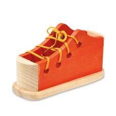Zapato para ensartar de color naranja.