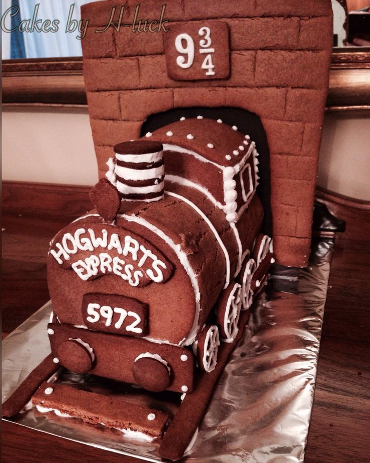 Harry Potter Hogwarts express ginger bread! Ginger bread house. Harry Potter. Christmas.  Pattern was created with our imaginations... Cutting out cereal bottoms and taping them together until we were happy with the look of the train... It's a holiday tradition to make a Harry Potter themed gingerbread so stay tuned for this years (2016) creation!  Check out my Instagram @cakesby_hluck for more cake and gingerbread inspiration    Christmas, winter holidays, crafts , gingergread houses.