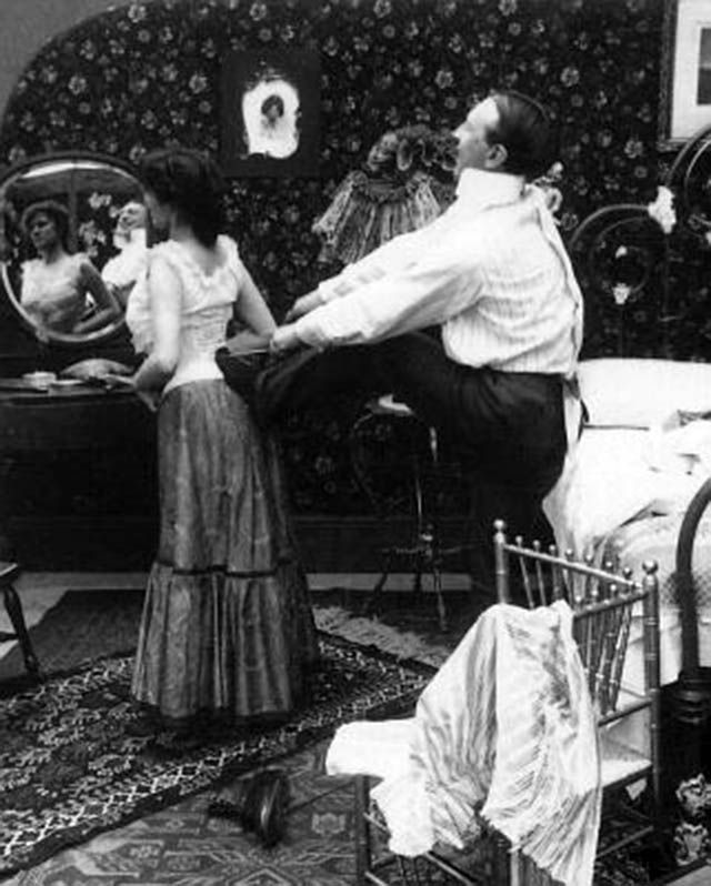 Funny Vintage Pictures from the 1910s Show How to Lace One's Corsets with a Foot in the Back