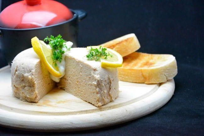 Tunmousse er en rigtig retroret. Den stammer tilbage fra 1980'erne, hvor vi spiste den som forret til familiefester og måske nytår. I hvert fald hvis det var en moderne husmor, der stod for menuen. I 1980'erne