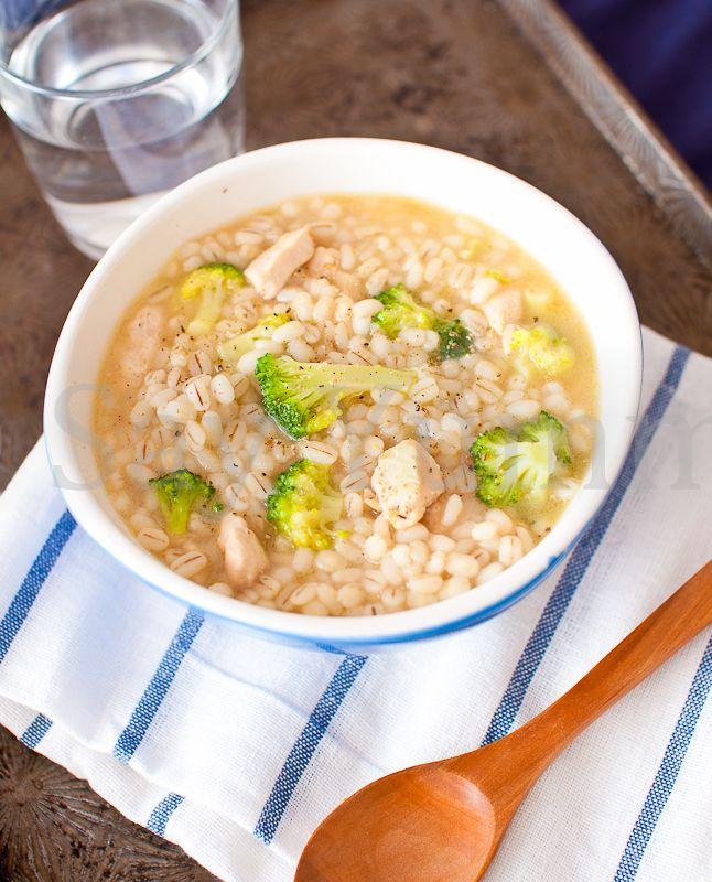 La zuppa di orzo con pollo e broccoli è un piatto unico, leggero e dal gusto delicato. Indicato in inverno perché sprigiona tutto il sapore se servito caldo