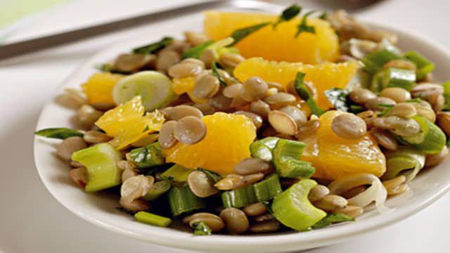 Potrebujeme: 100 g prebratej šošovice, 1 pomaranč, 2 jarné cibuľky, 1 lyžicu nasekanej petržlenovej vňate, 2 lyžice jablčného octu, 3 lyžice olivového oleja