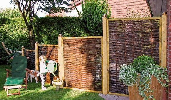 Die Weidenzäune Premium ist aus einem Weidegeflecht mit Kieferrahmen gefertigt. Der Flechtzaun schützt nicht nur vor Einlibcken in Ihrer Privatsphäre, sondern fasziniert auch mit einer attraktiven organischen Optik. Die Weidenzaun Serie besteht aus vier Elementen, in den Maßen von 180 x 180 cm bis 120 x 100 cm. Diese und weitere Flechtzäune finden Sie unter http://www.meingartenversand.de/sichtschutzzaun/naturzaeune.html