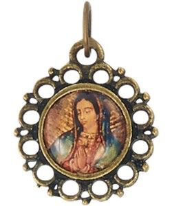 Dije de tamaño miniatura de la Virgen de Guadalupe, en estilo oro antiguo y con adornos de círculos.  Ideal para usar con cadena.