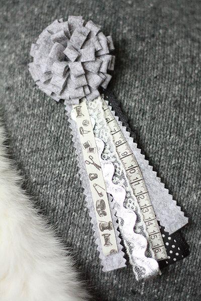 Met vilten band kun je de mooiste bloemen maken. Leuk op een kussentje, jas of tas! Kijk voor gratis werkbeschrijving op http://www.craftkitchen.nl/blog/19/bloemen-maken-met-vilten-band