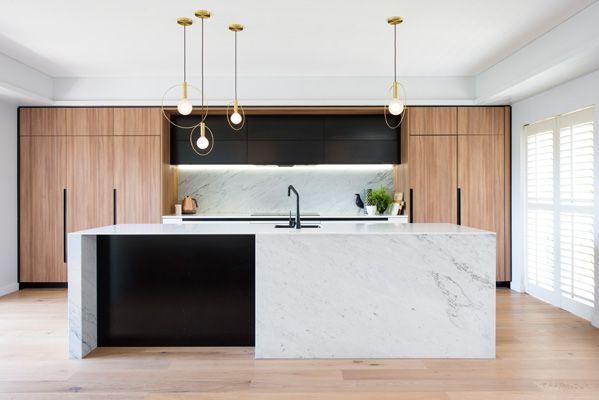Association du marbre blanc, du bois blond et du noir, pour un style scandinave contemporain