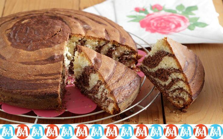 Δεν είναι καθόλου δύσκολο να δημιουργήσουμε το εντυπωσιακό οπτικό αποτέλεσμα αυτού του δίχρωμου κέικ.